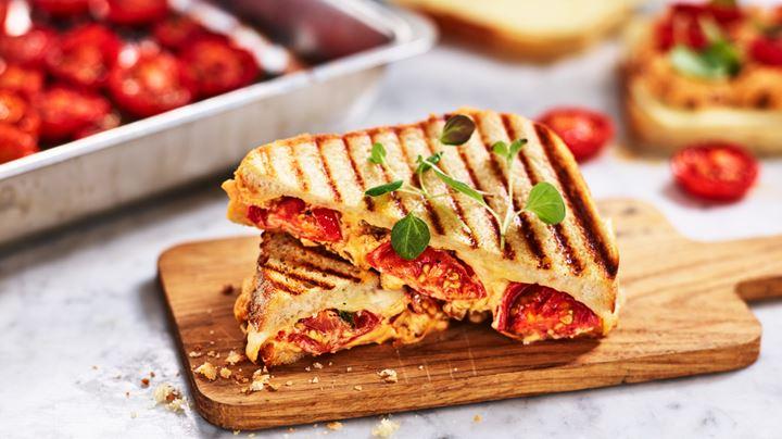 Levain med mozzarella, färskost med nduja, tomat och oregano