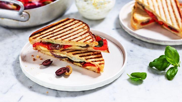 Levain med mozzarella, oliver, rostad paprika, rostad lök och basilika