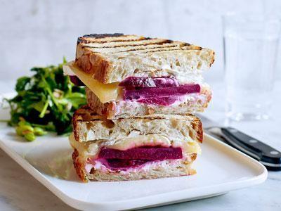 Ett perfekt bröd för smörgåsgrillen som ger den krispiga, lite sega konsistensen som alla vill åt. Stadigt och grymt god macka med rödbetor och härlig ostfyllning. Den  lilla salladen bredvid med solroskärnor matchar ostens sälta.