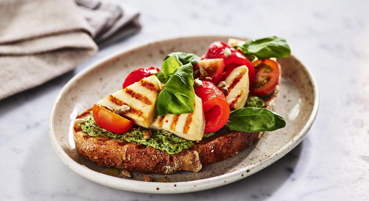 Grilling cheese passar att grillas i smörgåsjärn, använd bakplåtspapper så fastnar inte osten i järnet.  Den här grillade toasten är både mättande och lyxig.