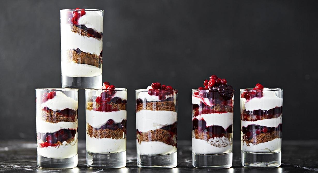 Juliga smaker i ett glas. Mjuk kryddig pepparkaka varvas med syrlig lingonkompott och mjuk vaniljgrädde. Det blir dessutom mindre svinn då desserten serveras i glas.