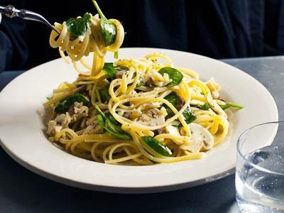 I den här lätta och luftiga pastarätten får citron och riven, smulig ost sätta smak på både champinjonerna och pastan.