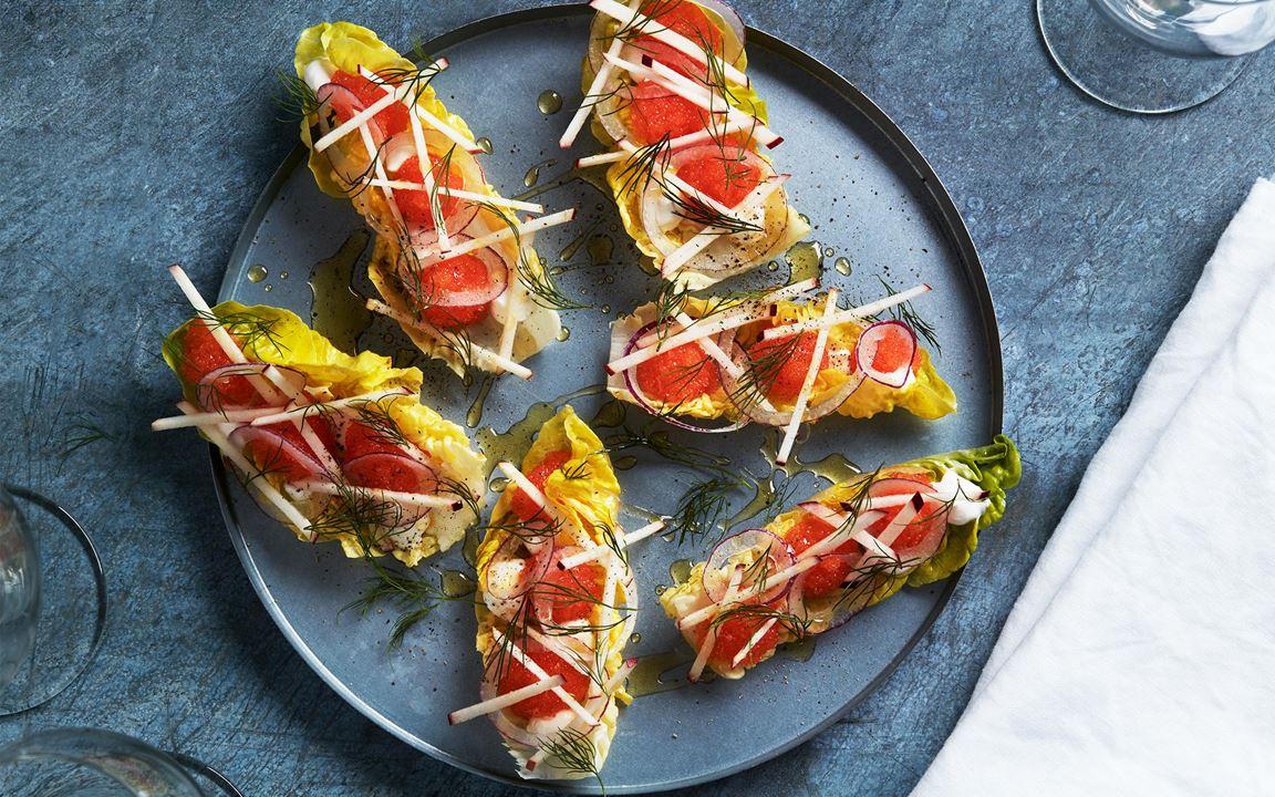Enkel och fräsch aptitretare med syra från äpple och gräddfil. Löjrom i sallad ger en lättare känsla än med bröd.