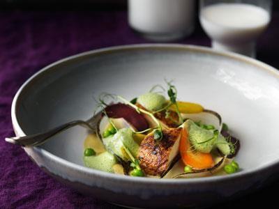 Krämig puré på rostad majs, långstekt kyckling och vitvinssås med citrongräs och ärtskottsjuice. Lägg upp snyggt med spritärtor, picklade morötter och lameller av sötlök - årets grönsak 2014.