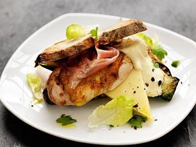 Härlig kycklingburgare med ost, skinka och zucchini.