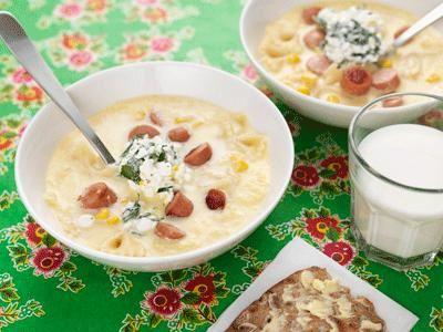 Lättlagad favorit. Receptet hittade vi på nätet och bytte ut chorizo i originalet mot klimatsmart kycklingkorv. Vi toppar alltid våra soppor med örtröra eller crème fraiche.