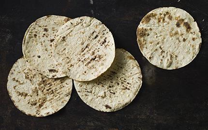 De populära bröden med smak av Mexiko, som bakas på torkad majs, innehåller inget gluten. Med vit majs blir de ljusa i färgen. Röd majs ger röda tortillabröd och blå majs en mörkare ton.