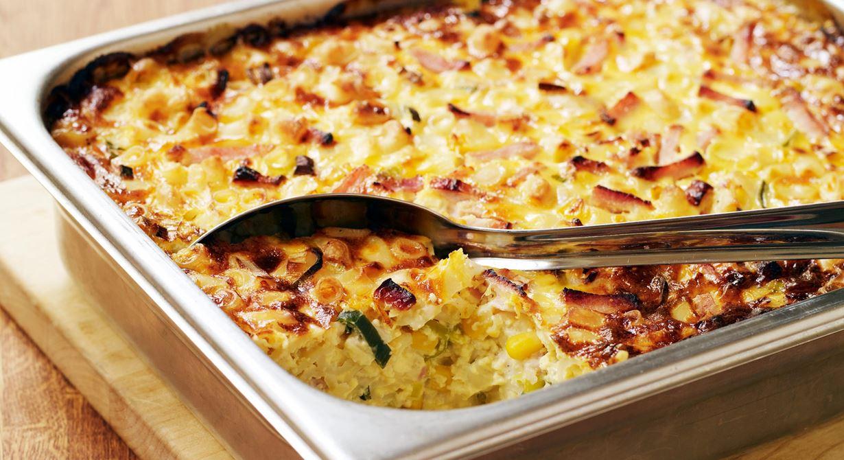 En tidsbesparande rätt som går utmärkt att förbereda dagen innan. Ostcrèmen ger knaprig, gyllenbrun yta och fyllig smak som påminner om macaroni & cheese.