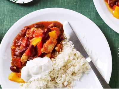 I Mia Fogelström matiga kcyklinggryta samsas saftig kyckling med paprika och röda bönor. Eleverna får själva reglera hettan med chiliolja som står på buffén. Vi serverar alltid fullkornsris, matkorn eller vetekorn som nyttigt alternativ till vanligt ris.
