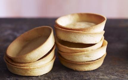 Jobba brett med olika bottnar och anpassa dem efter storleken på dina desserter och bakverk. De kan lätt omvandlas till smulor som passar både som grund och till topping. Receptet på crumble kan också stansas ut i ring och form till botten.