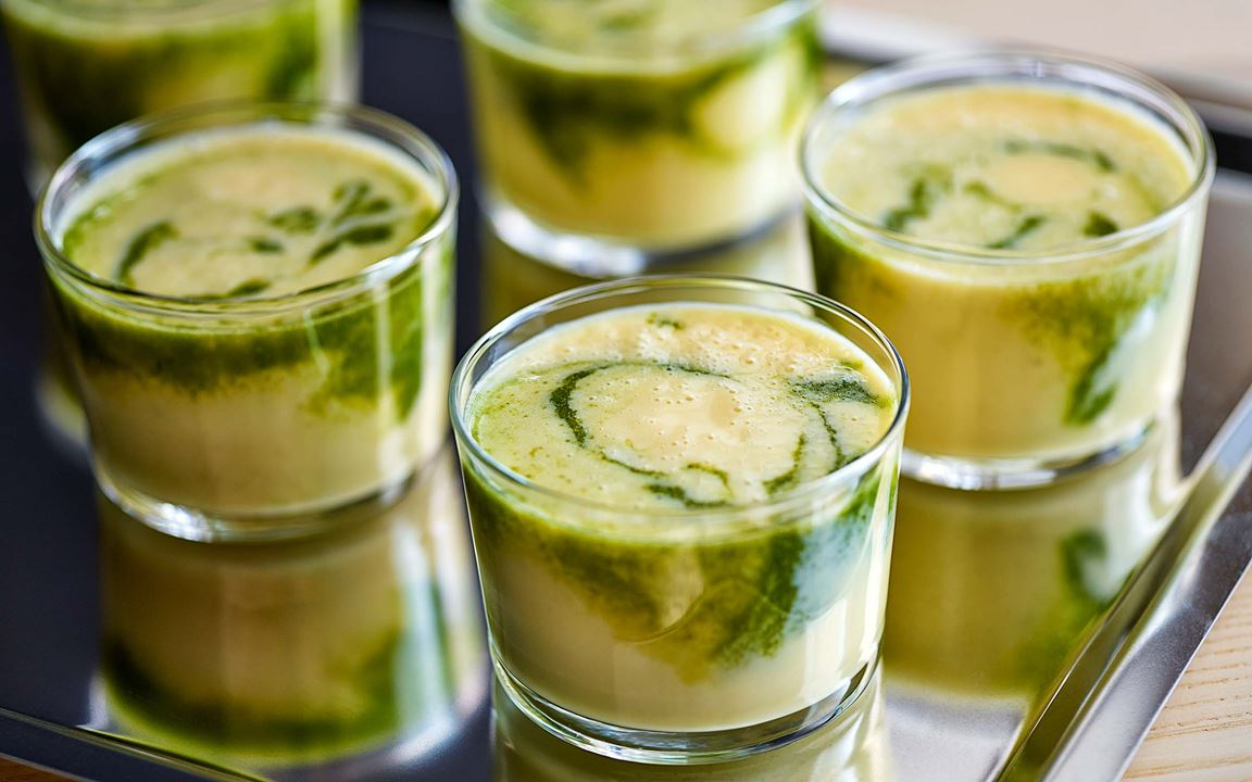 En smoothie med extra vitaminkick på spenat, grönkål och citronmeliss. Drick den som en mjukstart på morgonen eller omstart på eftermiddagen.