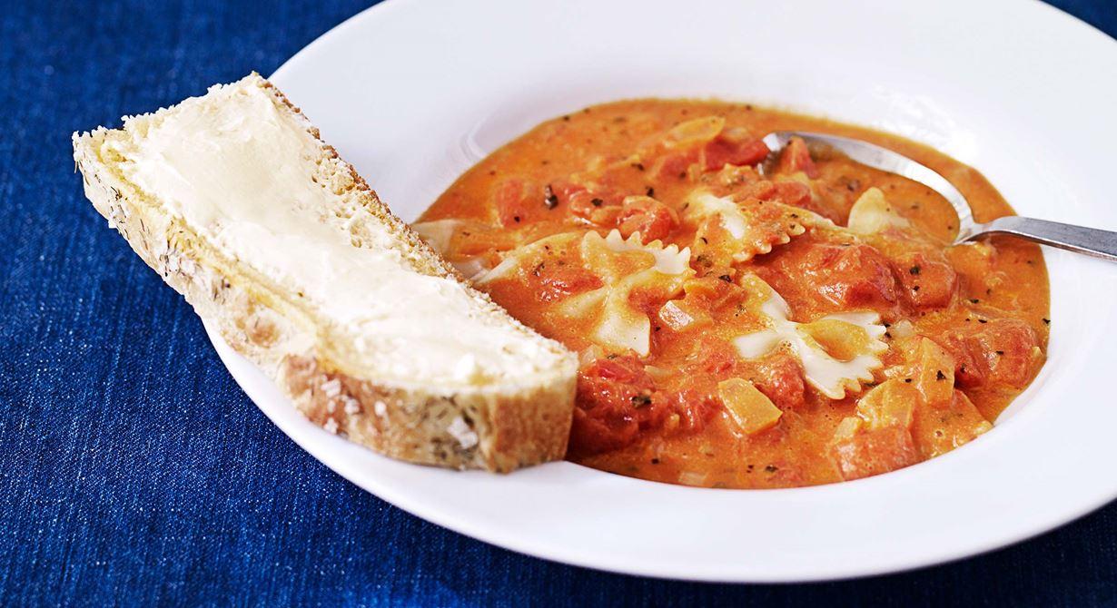 Tomatsoppa med pasta och rökt skinka. En variant på den vanliga tomatsoppan och passar även de små barnens smaklökar.  Specialkost: Går att göra laktosfri genom att använda laktosfria produkter.