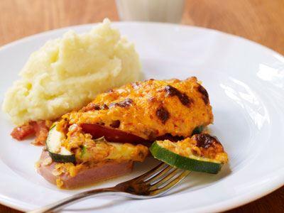 Ostcrème och ajvar blir tillsammans med linserna en spännande, gratinerad topping med fin färg.