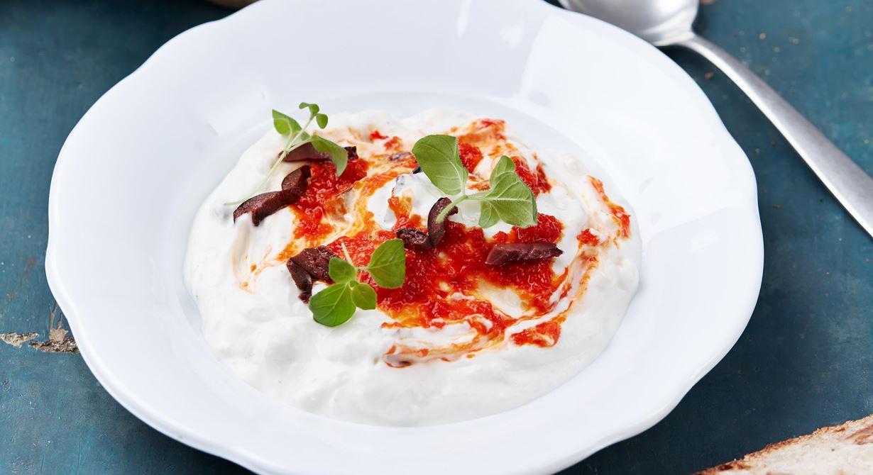Medelhavskänslan infinner sig direkt. Den krämiga spsen med oliver har bett av ajvar, smak av färsk oregano och syrlig svalka av matyoghurt.