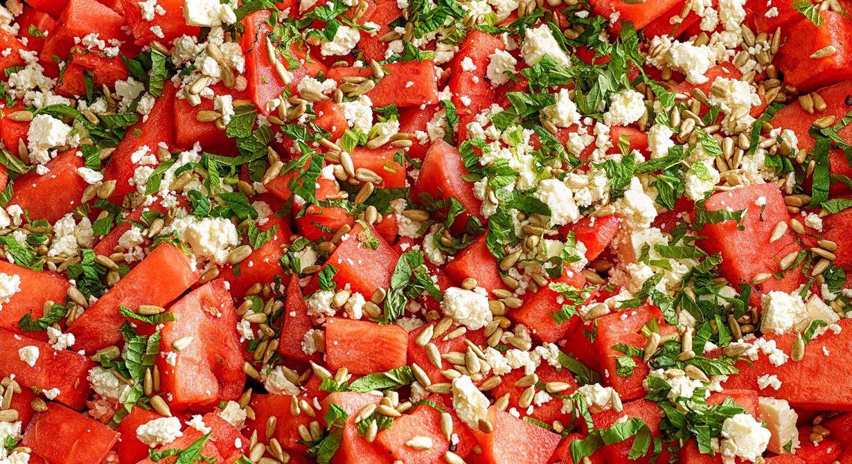 En fräsch och läskande melonsallad med vitost och mynta blir snabbt en favorit. Toppa med saltrostade solroskärnor eller andra frön. Honungsyoghurt passar bra som dressing till.