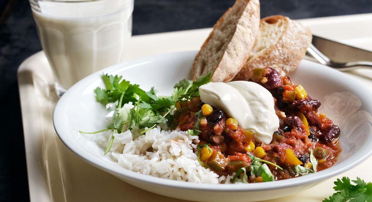 En enkel, snabb och vällagad gryta med olika bönor och bra konsistens. Vi låter många spännande kryddor och grönsaker sakta puttra ihop under kort tid.