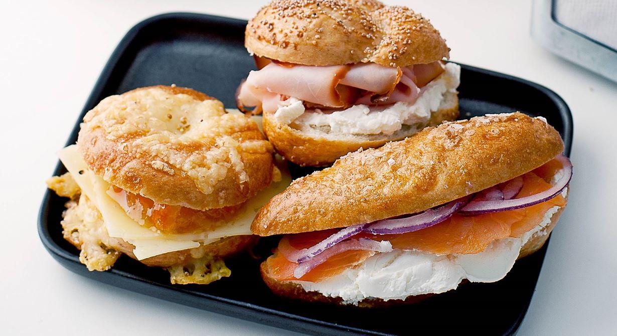 Små bagels i senaste minimodell toppade med riven ost, vallmofrön och flingsalt. Fresta med olika fyllningar t ex färskost, lax och rödlök., färskost och skinka eller ost och marmelad.