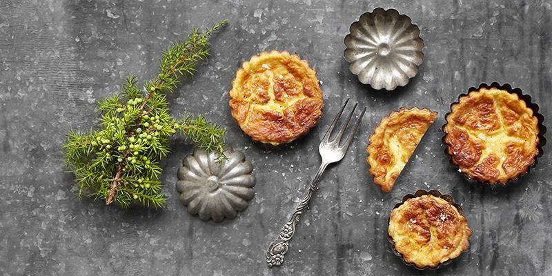 När det är stor omsättning på ost blir det alltid smulor och rester över. Att göra små pajer är uppskattat av gästerna och ett bra sätt att minska svinnet. Skär upp dem i fina munsbitar innan servering.