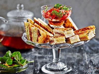Afternoon tea blir allt trendigare. Snyggt skurna och med godafyllningar kan toasts bli lika sofistikerade som ljuvligt goda. Servera gärna med fräscha små sallader som pricken över i:et.