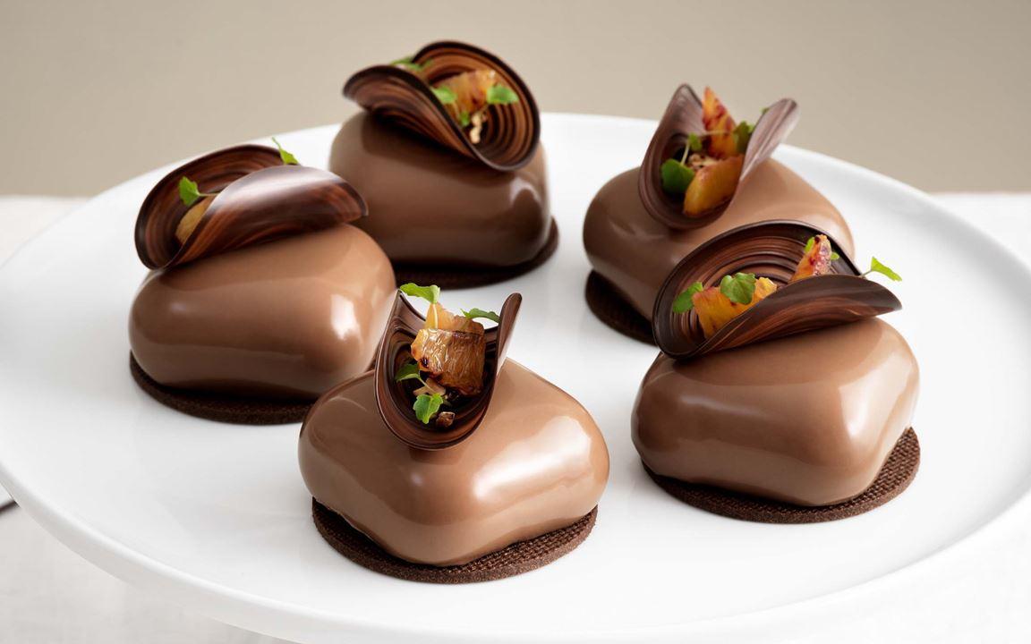 Mjölkchokladbavaroise med blodapelsingelé och pekannötsbrownie