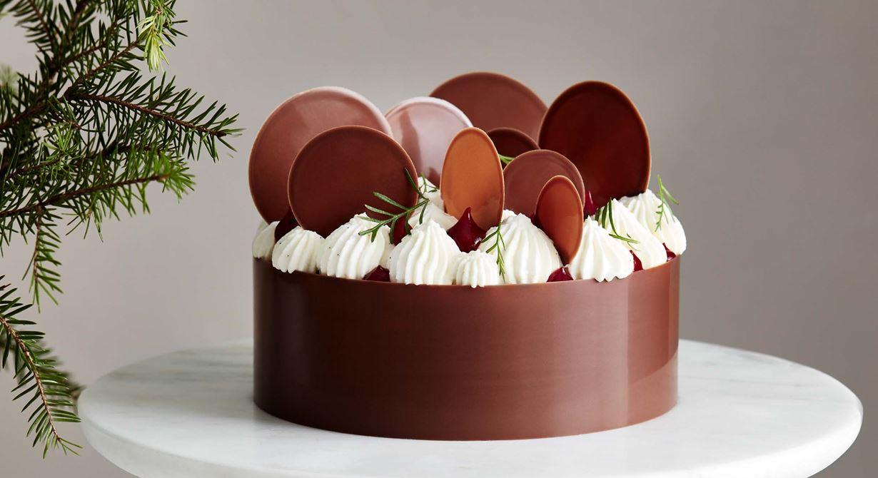 En klassisk pepparkaka i ny design blir julens blickfång på gottebordet. Med chokladband, vackert spritsad lingonkräm och smetanafrosting liknar den mer en tårta. Rapsolja ger en luftigare och lättare kaka.