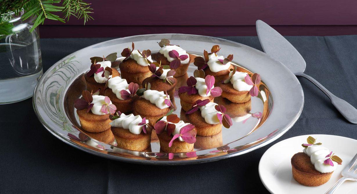 Pepparkaka och ädelost är ett fint smakpar. Med brynt smör och vit ädelostfrosting spritsad på toppen får de mjuka pepparkakorna en ny twist.