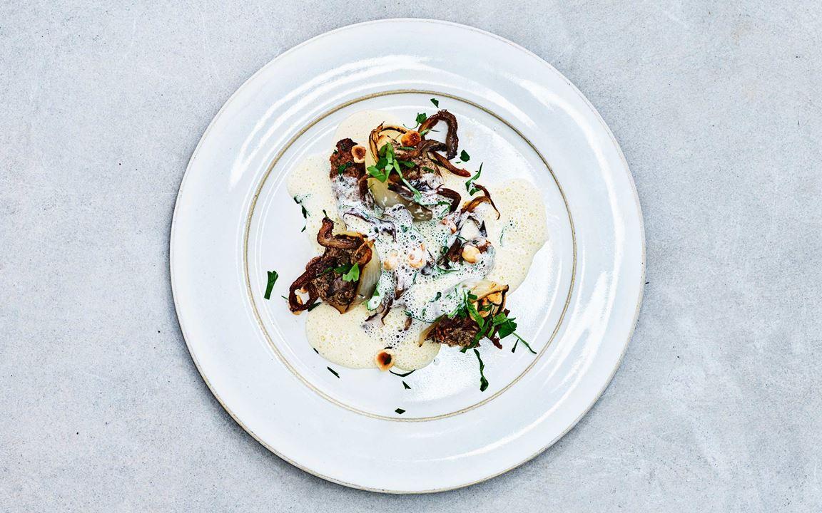 Mjukbakad silverlök med svamp, sås med rostad vitlök och rosmarindoftande lammfärsrullar