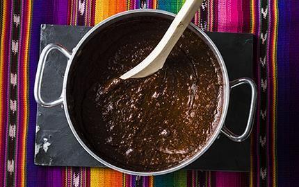 Den mest kända såsen i dagens Mexiko. Grunden är torkade chilifrukter med en komplex kryddblandning och mörk choklad. En mustig sås med en lång, lite bitter eftersmak från chokladen.