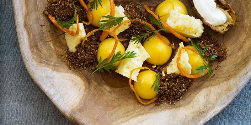 Ett elegant upplägg istället för en ostbricka. Små primörmorötter med lite extra sötma i smaken, syrlig havtornscurd och brödkrisp i sällskap av en vällagrad Svecia blir en ny, spännande smakupplevelse. Gott även till kittost.