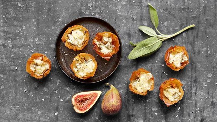 Munsbitar med ost och fikon