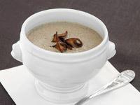 Som en skogspromenad på hösten. En ljuvlig soppa med koncentrerad smak. Laga den av höstens primörer eller köp färsk portabello, shitake och champinjoner. Grädde och svamp är som ett lyckligt äktenskap. De lockar fram det bästa hos varandra.