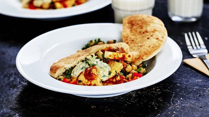 Nordafrikansk tomatgryta med Grilling cheese smoked chili, kikärtsdressing och pitabröd