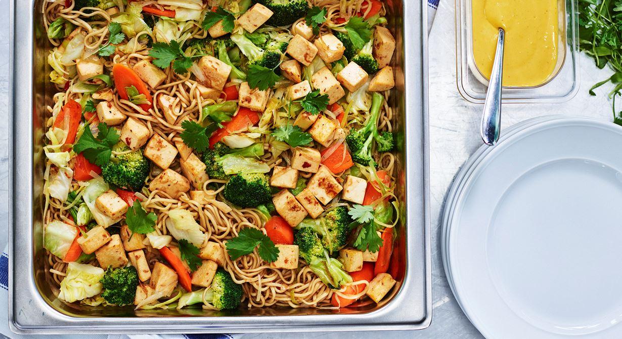En wok med nudlar, mycket grönsaker och Grilling Cheese skapad av Maria Schön på Hökarängsskolan. Till woken, som smaksätts med bland annat sweet chilisås och ingefära, serveras en klick mangodressing.