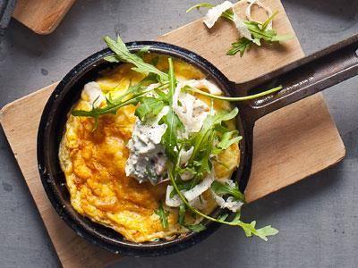 Små, varma omeletter i trevliga portionspannor. En klassisk kombo med lax, färskost och pepparrot.