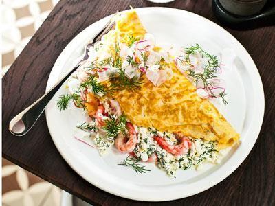 Omelett med räkor, cottage cheese och dill