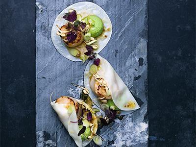 Elegant och smakrikt i asiatisk stil. Förbered allt och smörstek musslorna innan servering. Det brynta apelsinsmöret med koriander binder utmärkt ihop alla smaker till en helhet.