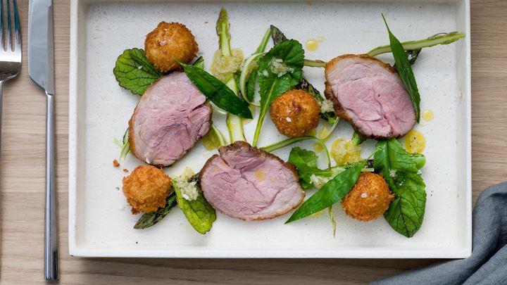 Örtbakad lammrostbiff, potatiskroketter med Svecia och grön sparris