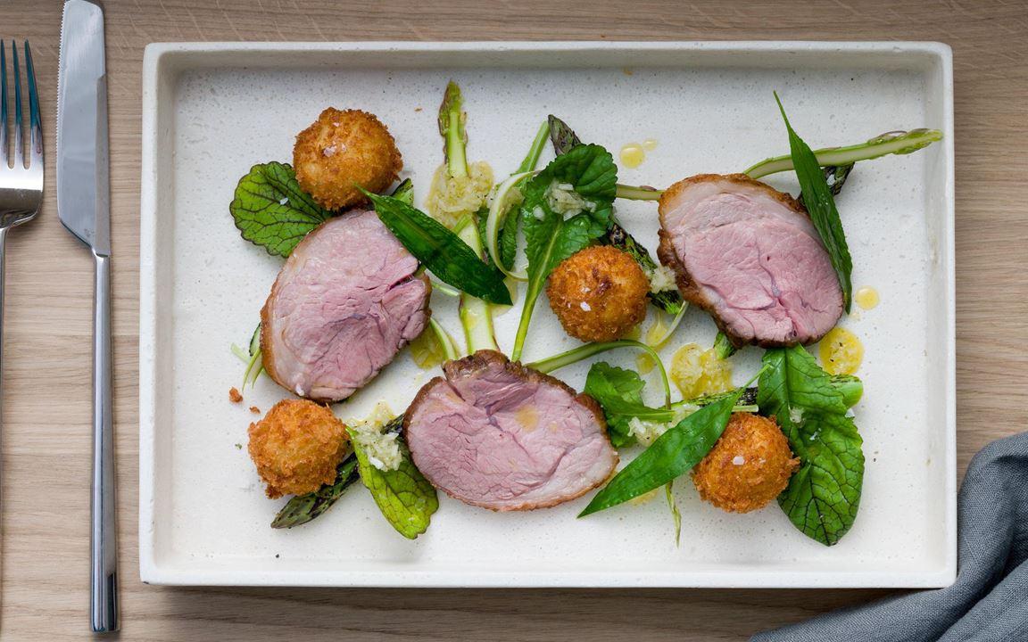 Perfekt rosastekt lammrostbiff med en lätthet i smaken. Lammrostbiffen ska upp i temperatur för bästa smak och konsistens. Ruskigt gott med frasiga potatiskroketter med krämigt inre och senapsört som ger sting.