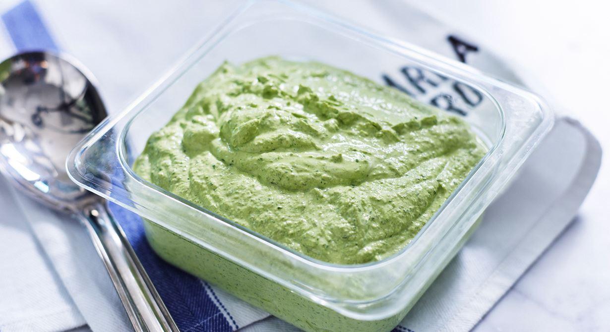 Örtkrämen kan göras på de örter man har hemma. Den blir extra grön om man använder färsk spenat. God till vegetarisk rotfruktspytt med Grilling Cheese eller som fyllning i mackor.