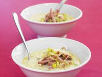 Pyttesmå blomkålsbuketter gömmer sig bland potatis och purjolök. Den här värmande soppan är matig och mättande med rikt innehåll. Ösbyskolan serverar den med färdigskivad Riddarost på grovt, mjukt bröd.