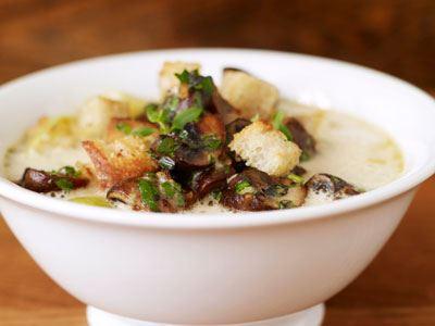Matig vegetarisk soppa med potatis och svamp som får skjuts av ostcrème, örter och vitlök.