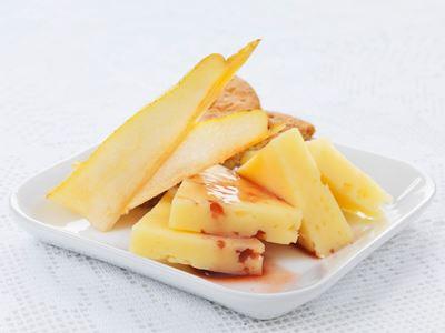 Ost går att variera på många sätt och gör det enkelt att bjuda på något extra. Överraska då och då med en osttallrik och några goda, spännande tillbehör. Ost är både nyttigt och gott - perfekt som mellanmål, mellanrätt och festlig avslutning på en måltid.