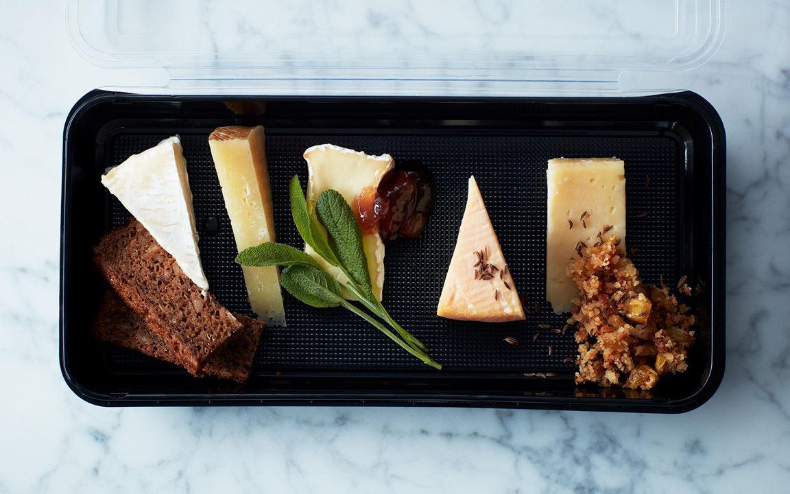 Fem smakrika ostar med rågbröd, härliga marmelad och sött crust kryddat med kummin.