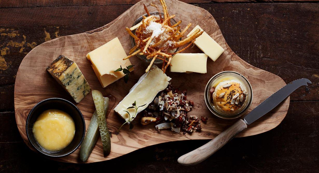 Smält raclette i kopp med lock av smördeg får sällskap av smakrika ostar med stora smaker. Syrad gurka, knaprig parmesanpotatis, lemon curd och en havtornsgranola blir rustika, goda tillbehör.