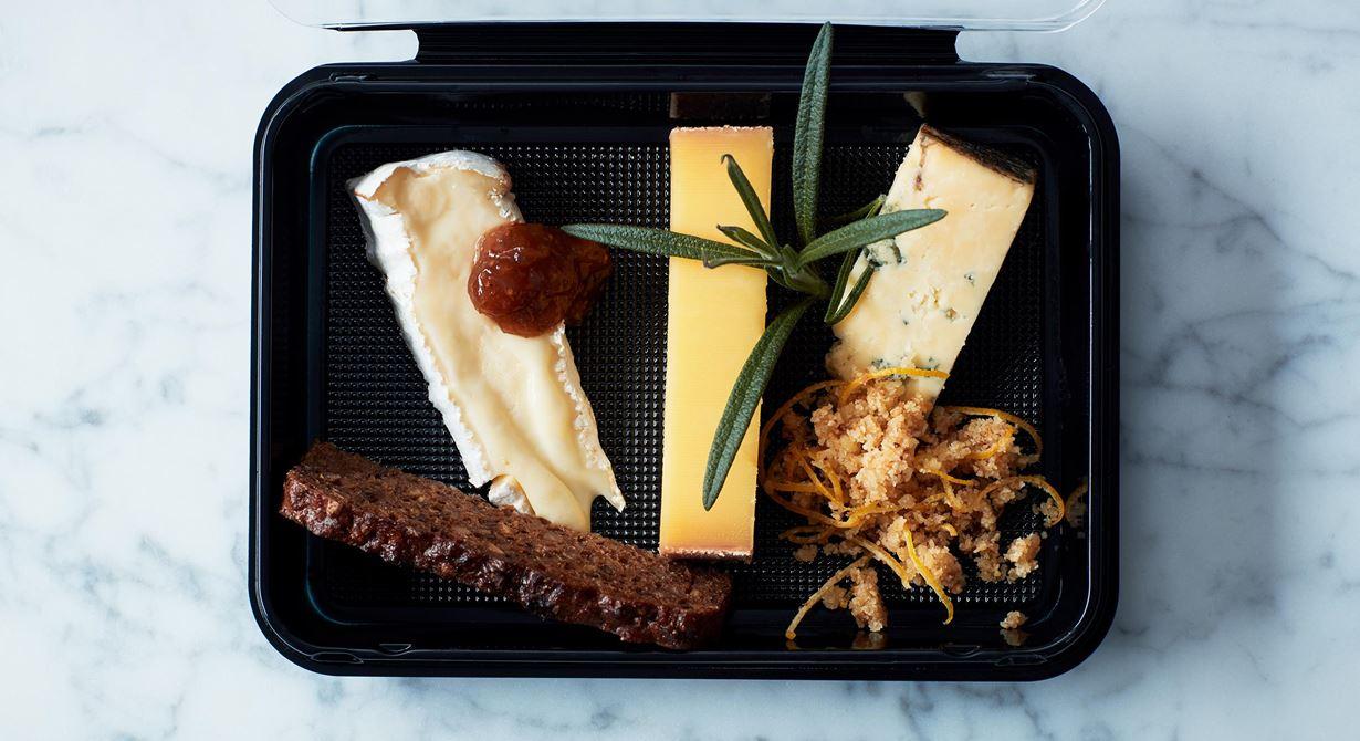 Tre omtyckta ostar med rågbröd, marmelad och krispig citroncrust.
