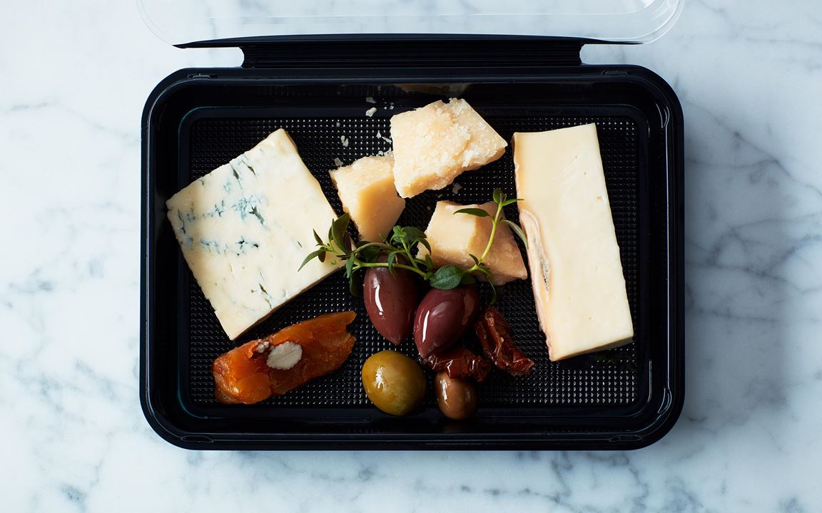 Italienska ostar och en sörsyrlig fruktkaka med smak av apelsin, fikon och mandel. Semitorkade tomater och oliver står för sältan.