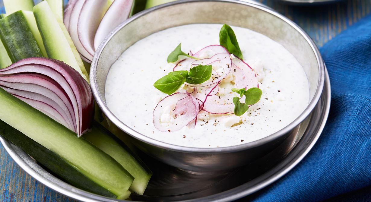 En enkel, krämig dipp med grekisk yoghurt och härlig smak av vitost. God till mild, söt rödlök och gurkstavar.