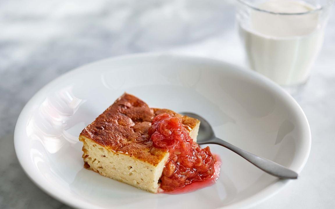 En kompakt och maffig ostkaka med både vispgrädde och mandelmjöl i smeten. Skär den i mindre bitar som efterrätt. Gott med sötsyrlig rabarbersylt till och lite grekisk yoghurt om någon vill ha.