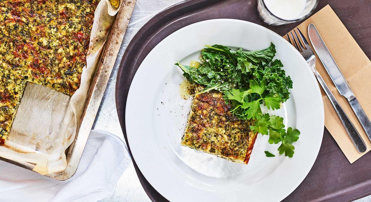 Baka grönkålspajen i bleck och skär i fina bitar eller gör små portionspajer. Servera på skolbarnens jultallrik eller julbuffé.