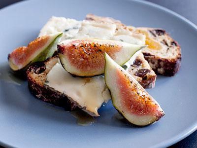 Ett typiskt ostbröd med naturlig sötma från torkad frukt. Utmärkt till blåmögelost med tydlig sälta och sötma från färska fikon och honung.